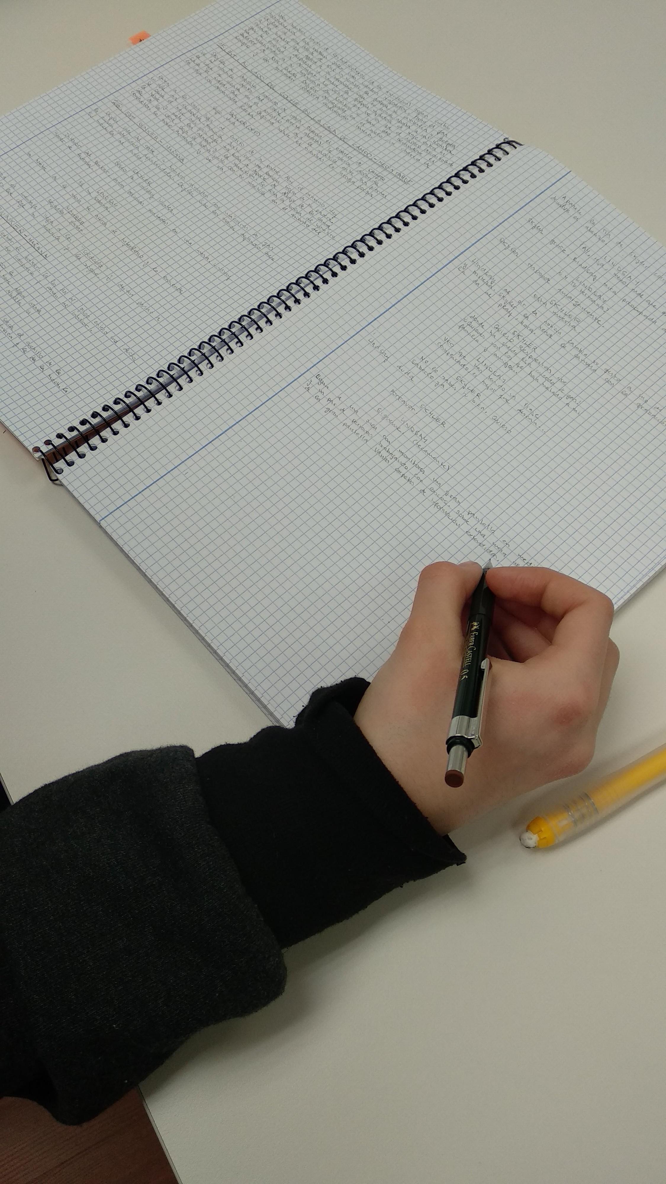 Alumna B. escribiendo guion para cómic.